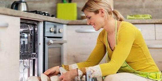 ¿Sabías que enjuagar los platos antes de meterlos en el lavavajillas es un grave error?