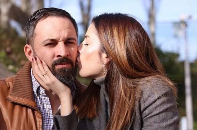 El inesperado viaje al extranjero de la esposa de Santiago Abascal en pleno sarao andaluz