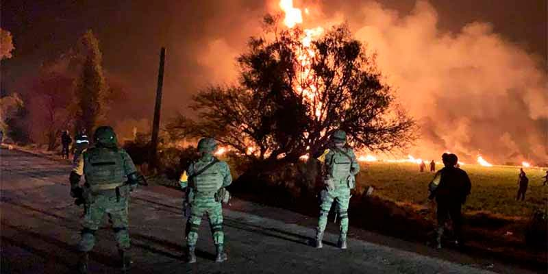 Una brutal explosión durante una toma clandestina de combustible en México causa 70 muertos y 100 heridos