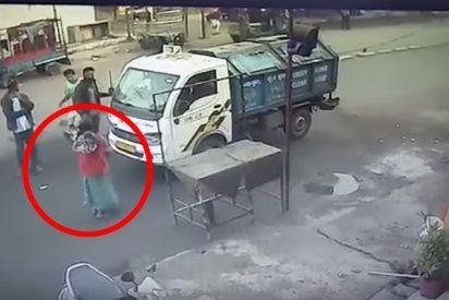 Esta mujer sale casi ilesa tras ser atropellada por un camión mientras rezaba