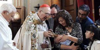 El cardenal Osoro bautiza al hijo de Jesús Bastante en San Antón