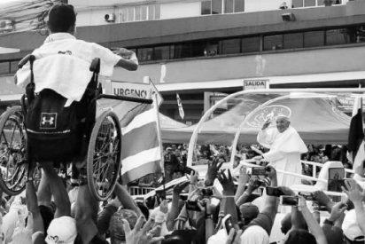 Peregrinos levantan a un chico en silla de ruedas para que vea al Papa