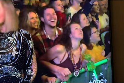 Una pareja celebra el Año Nuevo teniendo sexo en plena celebración pública