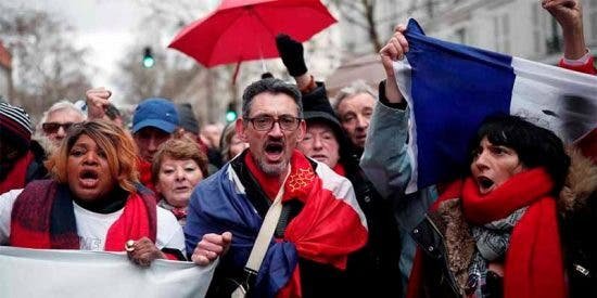 Más de 10.000 'pañuelos rojos' protestan en París contra la violencia de los 'chalecos amarillos'