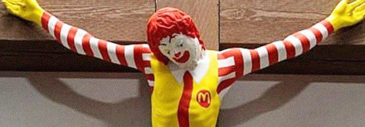Protestas contra la 'crucifixión' de un payaso-McDonalds en un museo de Israel