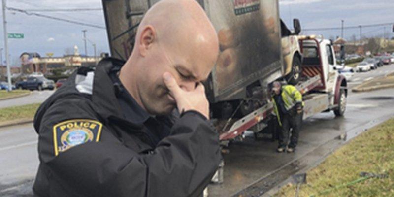 Policías con humor: posan 'llorando' frente a un camión de donuts quemado