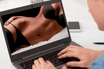 Mira una vieja película porno, pero en realidad era un video sexual de sus padres