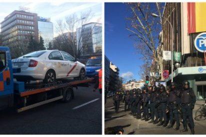 """Los taxistas trasladan su violencia al centro de Madrid, rodean la sede del PP y gritan """"Garrido dimisión"""""""