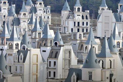 Dron graba este pueblo fantasma con más de 580 castillos al estilo Disney