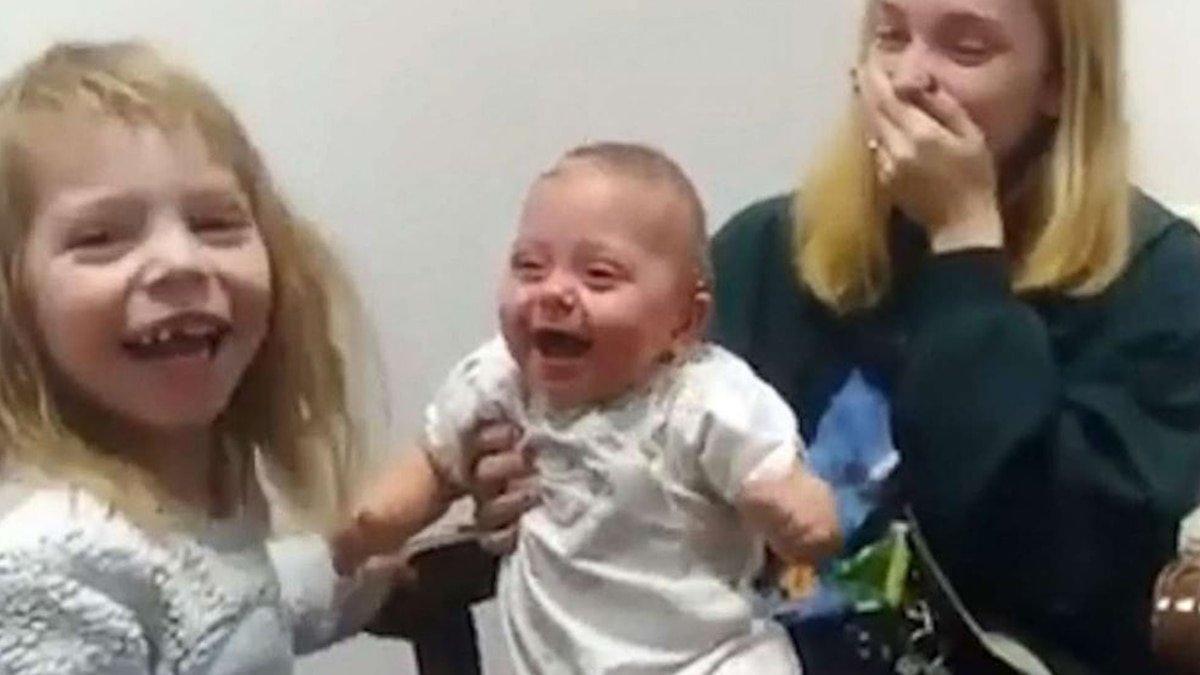 La tierna reacción de una beba sorda al escuchar la voz de su hermana por primera vez