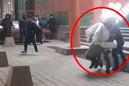 Cae dos veces al suelo mientras 'secuestra' a su futura esposa