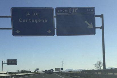 Cachondeo en las redes con esta insólita señal de una autopista de Murcia