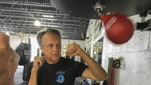 Intentan robar el teléfono a un anciano, pero resulta ser el pentacampeón de kick boxing