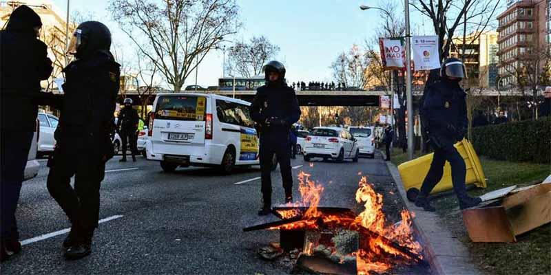 Madrid: La Policía desaloja a los taxistas de la Castellana y éstos se van a colapsar Barajas
