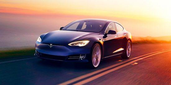 Graban 'in fraganti' a un conductor durmiendo al volante de un Tesla