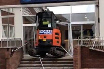 Este trabajador cabreado arrasa la entrada de un hotel con una excavadora porque no le pagaron