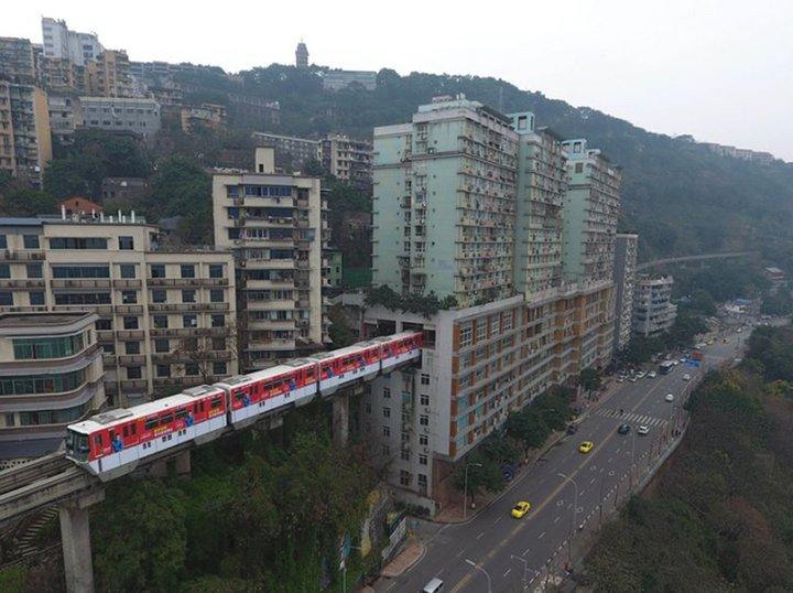 Éste es el tren que atraviesa un edificio de 19 pisos en China