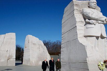 Trump visita el monumento a Martin Luther King Jr. y las redes se descojonan