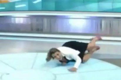 Periodista chavista cae de cara contra el plató durante una transmisión en vivo