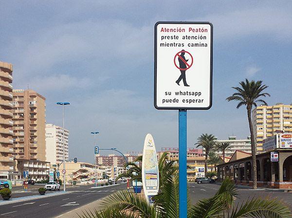 La Guardia Civil impacta: los peligros que no esperas si usas WhatsApp mientras andas