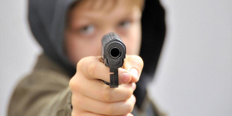 Un adolescente se deshace de toda su familia, pero a tiros: padre, madrastra y tres hermanos terminan muertos