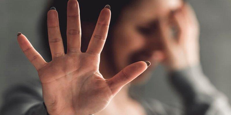 El caradura abusa sexualmente de una chica borracha tras dejar a su novia durmiendo en la habitación de al lado