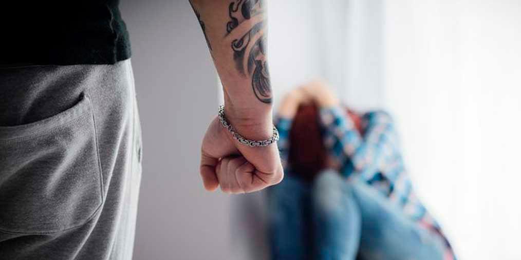 Un menor llegado en patera a España, intenta violar a una educadora