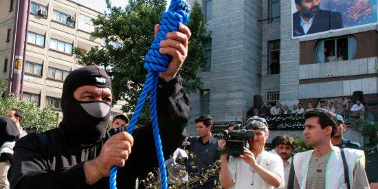 El horroroso vídeo del gay ahorcado por los amigos ayatolás de Podemos que condena a la santurrona Irene Montero
