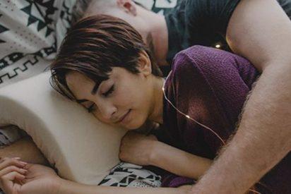Así es la almohada que evita que se te duerma el brazo mientras haces la cucharita con tu novia