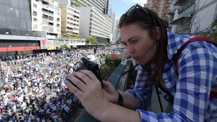 """Periodista sueca en Venezuela: Colectivos chavistas, golpes, robo y """"cinco segundos"""" para huir con vida"""