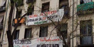 Varios miembros de Podemos agreden e insultan a la Policía tras el desalojo de okupas en Lavapiés