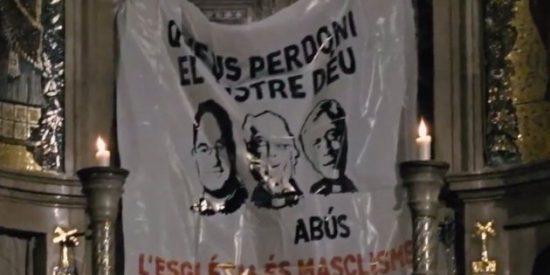 Arran cuelga una pancarta ante la Moreneta para denuncia los abusos sexuales
