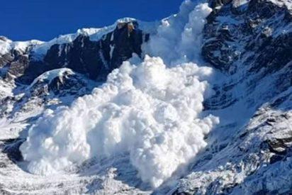 Mira cómo esta avalancha en el Himalaya devora ferozmente árboles y destruye un edificio escolar