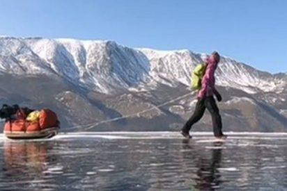 Esta aventurera sueca recorre 700 kilómetros sobre el lago Baikal en 15 días