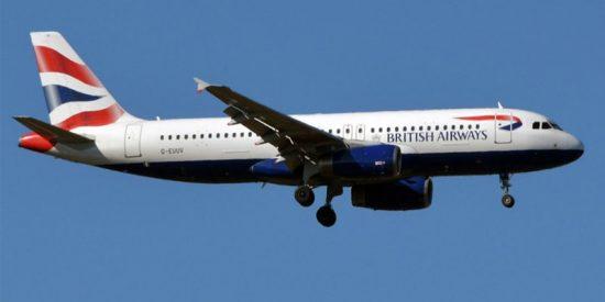 Un pasajero graba cómo su avión se ladea de forma brusca en el aire debido a vientos extremos
