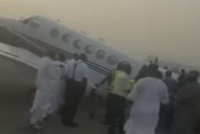 Este avión sobrecargado con dinero en bolsas no puede despegar y colapsa en plena pista