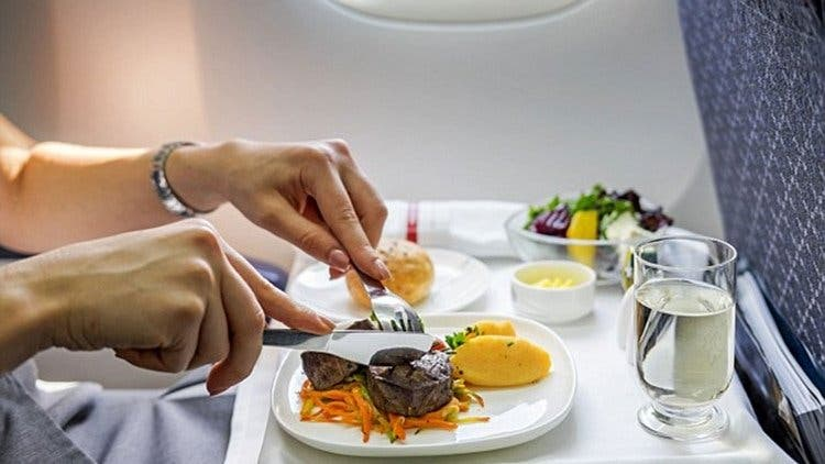 El desagradable hallazgo de un pasajero en la comida del avión