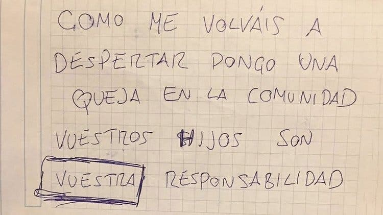 Le dejan una una nota quejándose del llanto de su bebé y su respuesta se volvió viral