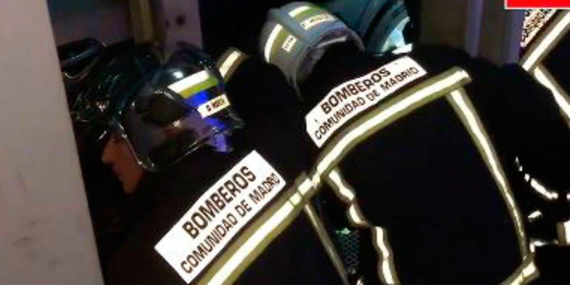 Los bomberos rescatan a una mujer que quedó atrapada en un túnel de lavado de Madrid