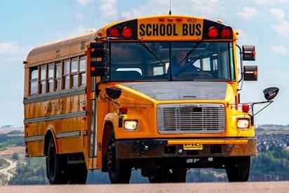 ¡Disparan al anciano conductor de un bus escolar en pleno tráfico!
