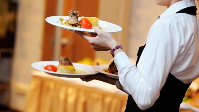 Un camarero recibe una 'propina' de un millón de dólares y todo acaba muy mal