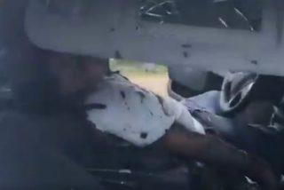 Imágenes sensibles: Militares mexicanos parten a la mitad la cabeza de sicarios