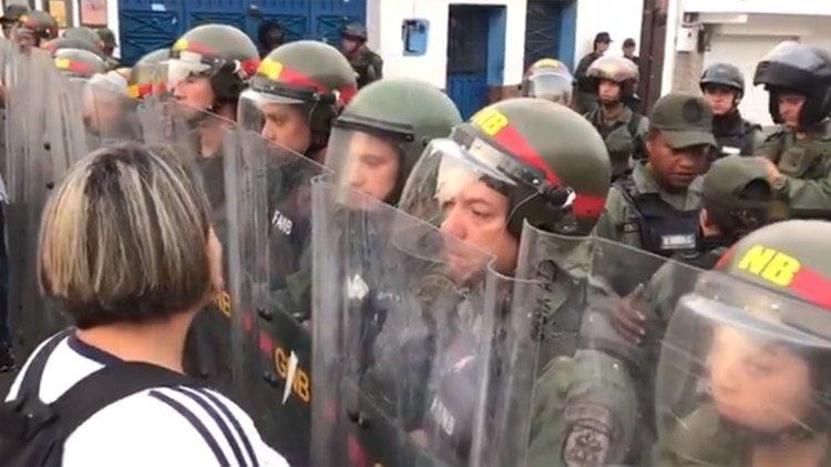 Inicia la represión chavista: La Guardia Nacional reprime a los ciudadanos que intentan cruzar a Colombia