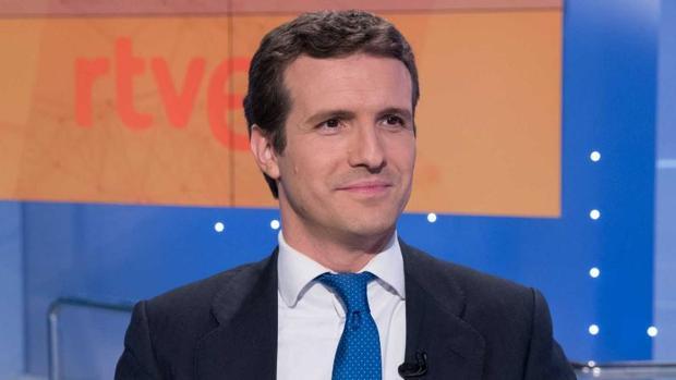 La hostia de Pablo Casado al 'monaguillo' de TVE por querer hacerle comulgar 155 veces con Cataluña