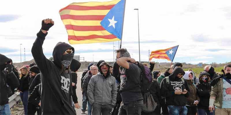 Los CDR queman neumáticos y cortan la AP-7 en el arranque del juicio del procés a los golpistas catalanes