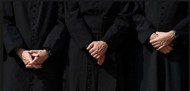 """""""Hay niños por todas partes"""": el documento secreto del Vaticano para los sacerdotes que tienen hijos"""