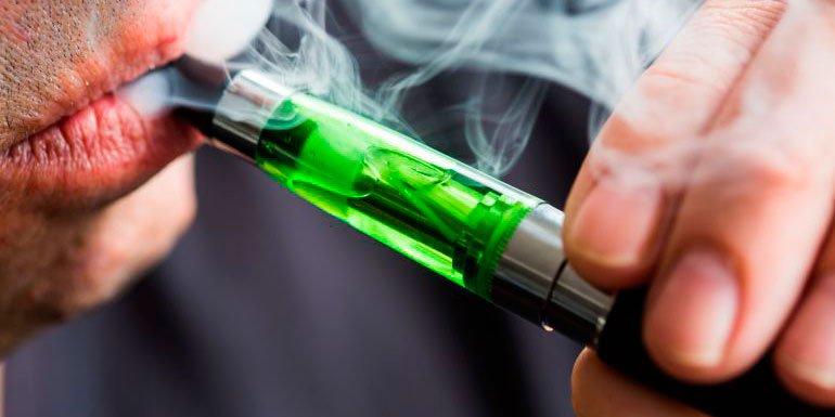 Muere un joven al explotarle en la cara el cigarro electrónico que fumaba