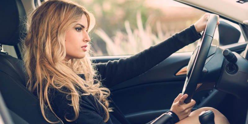 Posturas correctas para viajar en coche y evitar lesiones