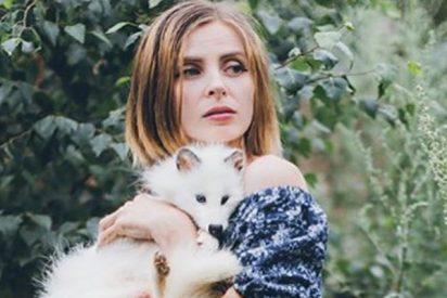 Esta famosa fotógrafa dejó su carrera para vivir en un bosque con 100 perros enfermos