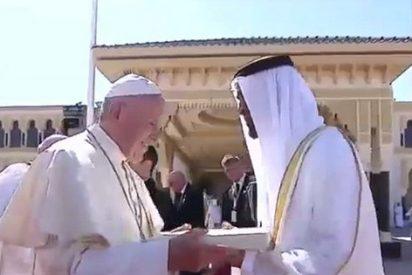 Alfombra roja en la despedida del Papa de Emiratos
